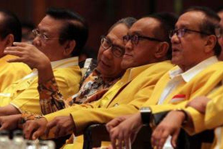 Ketua Umum Partai Golkar Aburizal Bakrie (dua kanan) berbincang dengan sesepuh partai Ginandjar Kartasasmita (dua kiri), Akbar Tandjung (kanan), dan Agung Laksono (kiri) sebelum membuka acara Rapat Pimpinan Nasional di Jakarta Convention Center, Minggu (18/5/2014). Rapimnas Partai Golkar tersebut nantinya akan menentukan arah koalisi partai dan langkah Golkar jelang Pemilu Presiden Juli mendatang.