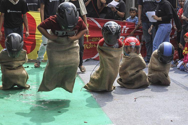 Sejumlah anak mengikuti lomba balap karung saat Hari Kemerdekaan RI di kawasan Cinangka, Depok, Jawa Barat, Senin (17/8/2020). Berbagai lomba yang diikuti anak-anak, remaja, dan orang tua tersebut dalam rangka memeriahkan HUT ke-75 Kemerdekaan Republik Indonesia.