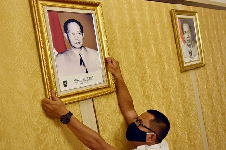 Foto Pahlawan SM Amin Nasution dipajang di Kantor Gubernur Riau, Senin (9/11/2020).