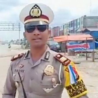 Kasat Lantas Polres Kampar, AKP Fauzi saat melakukan pengaturan dikawasan jalur lintas barat sumatera yang menghubungkan Riau-Sumbar