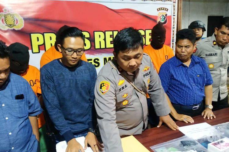 Kapolres Mimika AKBP I Gusti Gde Era Adhinata didampingi perwira polisi dan anggota DPRD saat akan menunjukan laptop hasil begal para pelaku, Selasa (28/1/2020).