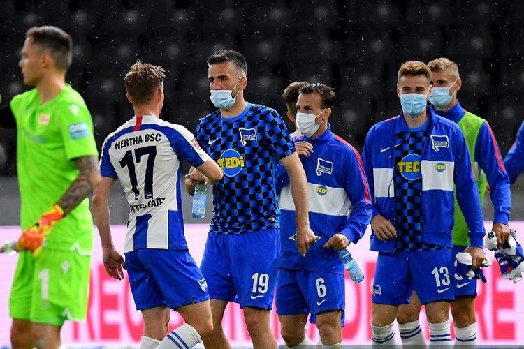 Pemain Hertha Berlin merayakan kemenangan 4-0 atas Union Berlin pada laga pekan ke-27 Bundesliga, kasta teratas Liga Jerman di Stadion Olimpiade Berlin, Jumat, 22 Mei 2020.