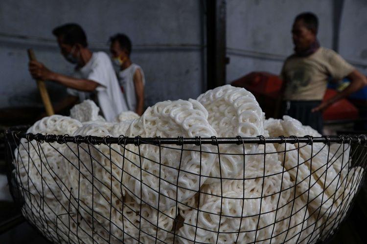 Pekerja menggoreng kerupuk produksi Erna Jaya, Pancoran, Jakarta Selatan, Senin (1/3/2021). Kapasitas produksi Erna Jaya 1 ton perhari.