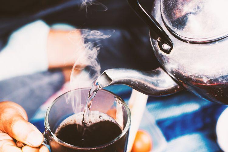 Ilustrasi membuat kopi tubruk