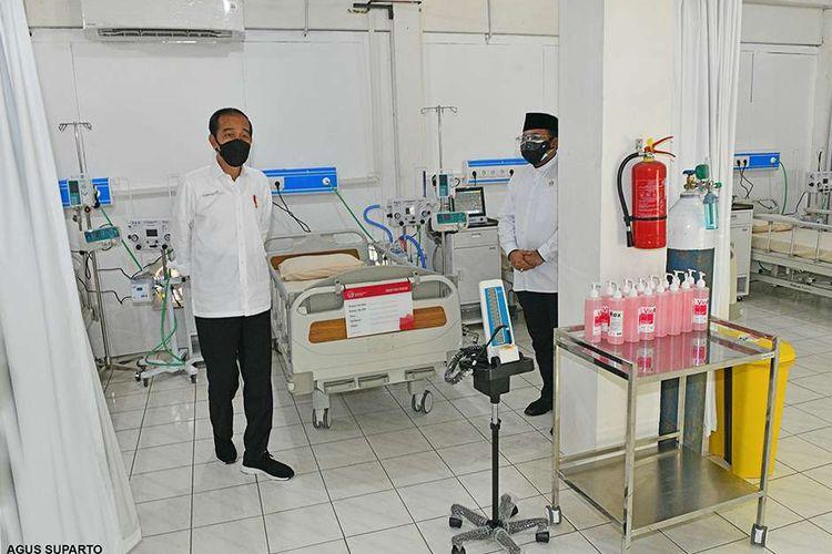 Presiden Joko Widodo meninjau kesiapan di Asrama Haji Pondok Gede, Jakarta Timur, yang diresmikan sebagai tempat isolasi dan perawatan bagi pasien Covid-19, Jumat (9/7/2021) hari ini. Presiden Jokowi menuturkan pemerintah menyiapkan 900 tempat tidur isolasi, 50 ICU (intensive care unit), dan 40 HCU (high care unit) di Asrama Haji Pondok Gede.