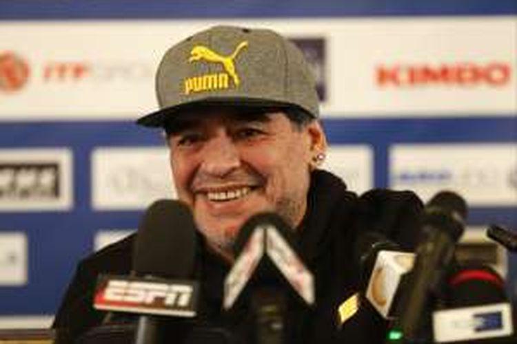 Eks pemain tim nasional Argentina dan Napoli, Diego Maradona, menghadiri sesi konferensi pers di Naples, Italia, Minggu (15/1/2017).