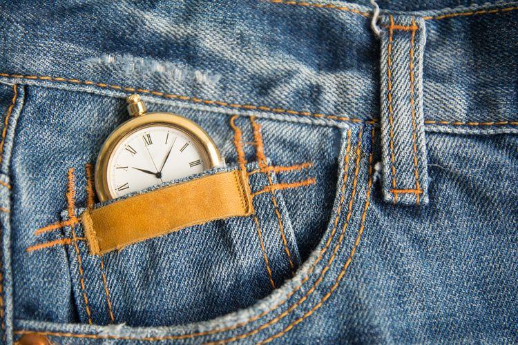 Ilustrasi celana jeans dengan kantong kecil untuk jam saku