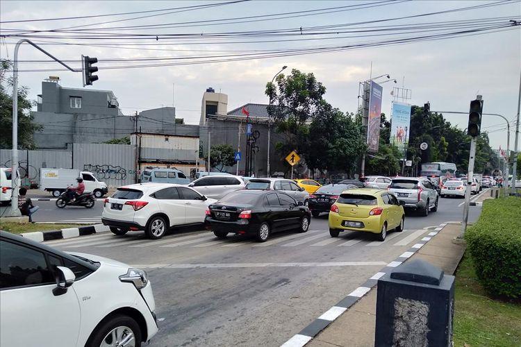 Kondisi lokasi terjadinya kecelakaan beruntun di perempatan jalan  Ciputat Raya, Jakarta Selatan. lampu lalulintas tidak berfungsi dengan baik, Jumat (18/7/2019)