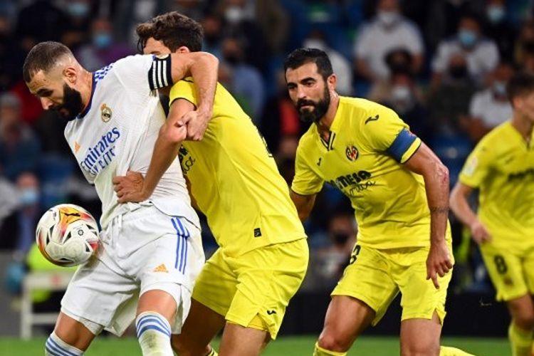 Karim Benzema (kiri) dalam pertandingan antara Real Madrid dan Villarreal pada lanjutan Liga Spanyol 2021-2022 di Stadion Santiago Bernabeu, Minggu (26/9/2021) dini hari WIB.