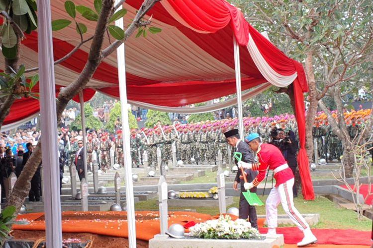 Presiden Joko Widodo memimpin upacara pemakaman Presiden ke-3 RI BJ Habibie di TMP Kalibata, Kamis (12/9/2019).