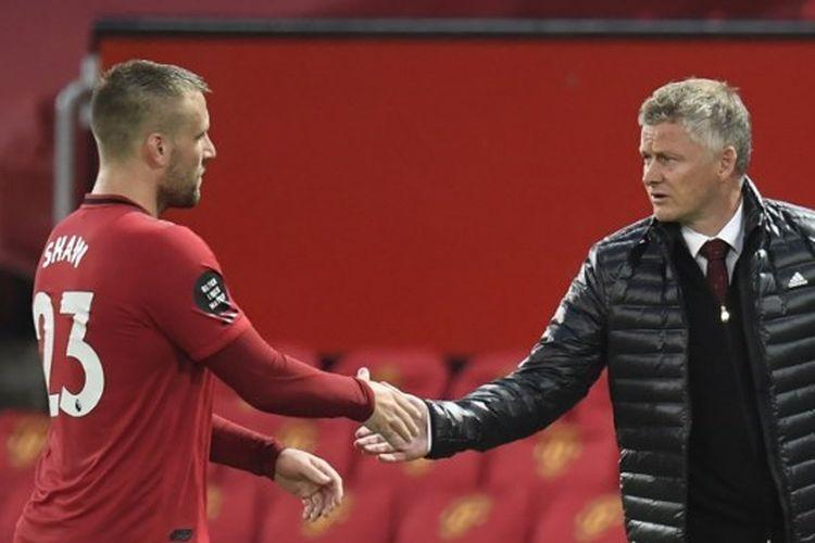 Bek Manchester United, Luke Shaw (kiri) dan pelatihnya, Ole Gunnar Solskjaer.