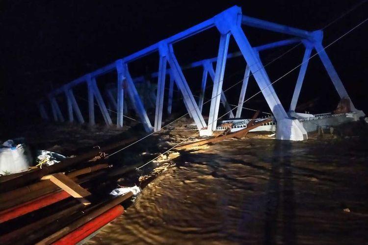 Jembatan penghubung antara Desa Padang Tepong, Kecamatan Ulu Musi menuju Kecamatan Pasma Air Keruh, Kabupaten Empat Lawang, Sumatera Selatan roboh diterjang banjir, Selasa (23/3/2021).