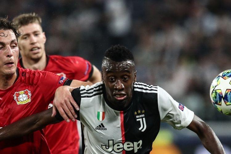 Julian Baumgartlinger menjaga Blaise Matuidi dalam pertandingan Juventus vs Bayer Levekusen pada lanjutan Liga Champions di Stadion Allianz, Turin 1 Oktober 2019.