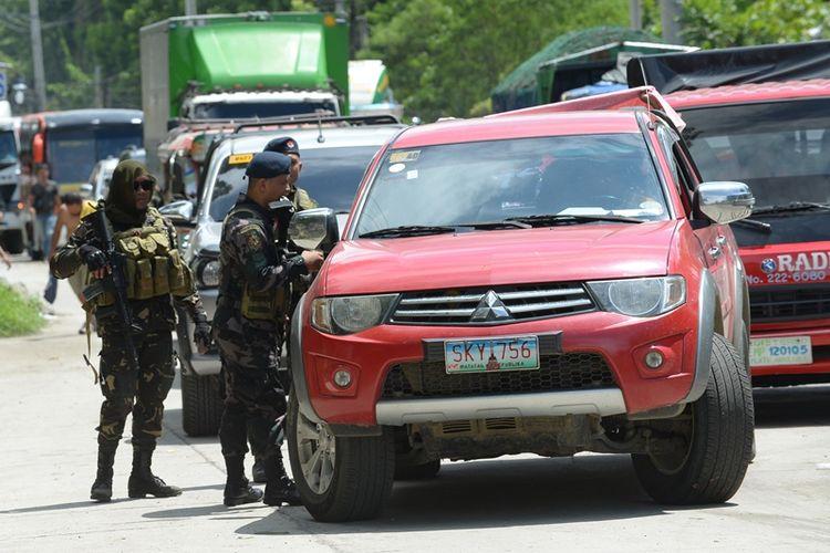 Beberapa personel tentara Filipina, Rabu (24/5/2017), memeriksa kendaraan yang hendak meninggalkan kota itu untuk mencari kemungkinan anggota kelompok militan Maute menyelundup keluar.
