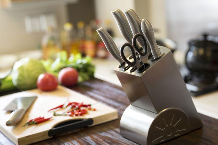 Ilustrasi set pisau dapur.
