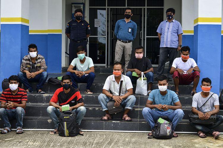 Petugas mengumpukan sembilan nelayan Myanmar saat persiapan untuk dideportasi di Pangkalan Pengawasan Sumber Daya Kelautan dan Perikanan (PSDKP) Lampulo, Banda Aceh, Rabu (5/8/2020). Dari 15 nelayan asal Myanmar yang ditangkap bersama 3 unit kapal berbendera Malaysia pada 2019 dan 2020 terkait kasus illegal fishing di ZEE Selat Melaka wilayah perairan Indonesia, 9 ABK di antaranya dideportasi ke negara asal, sedangkan 6 lainnya yang terdiri dari nakhoda dan ABK ditahan untuk proses penyidikan dan saksi.