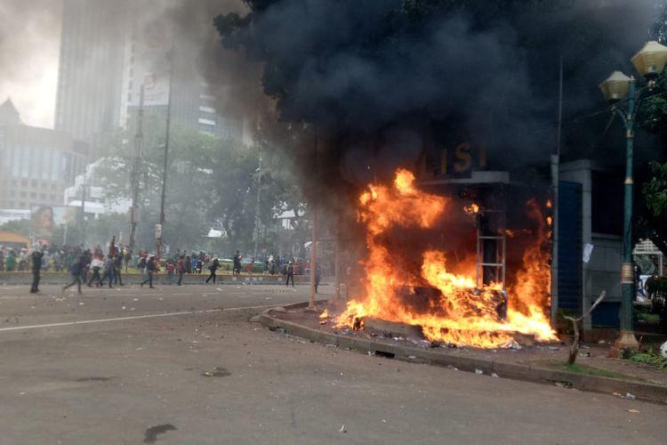 Pos Polisi di dekat Patung Kuda Arjuna Wiwaha dibakar oleh massa aksi tolak UU Cipta Kerja, Kamis (8/10/2020).