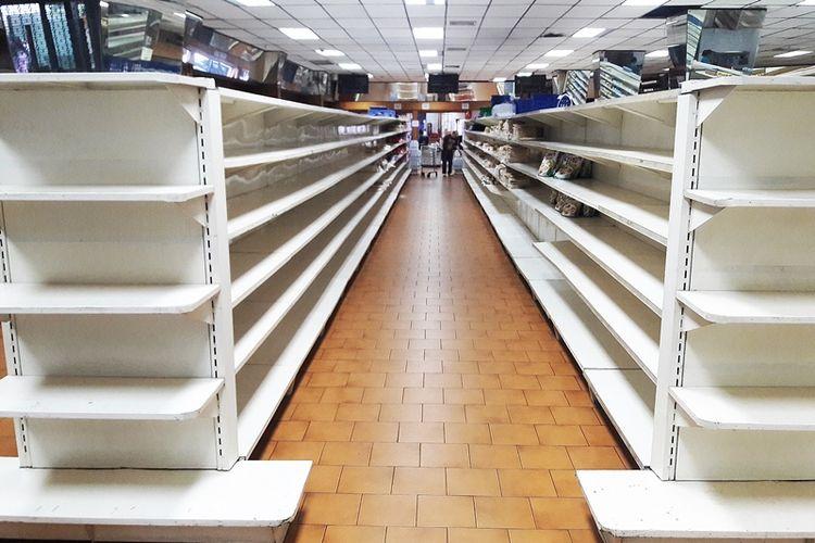 Deretan rak bahan pangan yang nyaris kosong di sebuah supermarket di Caracas, Venezuela, pada 11 Januari 2018.