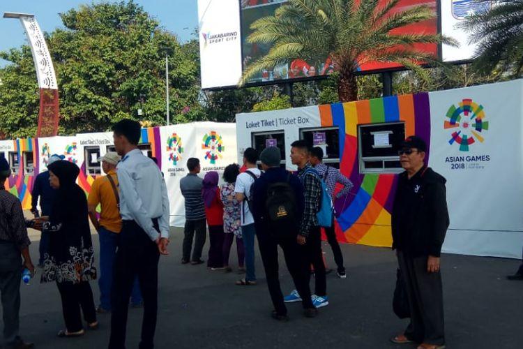 Warga Palembang terlihat menunggu di depan tempat pembelian tiket Asian Games di depan gerbang kompleks Jakabaring Sport City (JSC). Mereka kecewa lantaran acara pembukaan opening Asian Games tak dibuka untuk umum.