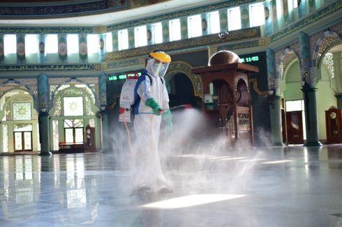 Dibuka di Masa PSBB, Masjid Raya Al Azhom Kota Tangerang Disemprot Disinfektan