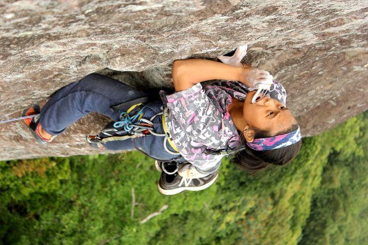Anggota organisasi Mahasiswa Pencinta Alam Universitas Indonesia (Mapala UI) sedang memanjat tebing Gunung Bongkok, Desa Sukamulya, Kecamatan Tegal Waru, Kabupaten Purwakarta, Jawa Barat, Minggu (14/4/2019). Gunung Bongkok merupakan salah satu titik wisata panjat tebing di Jawa Barat.