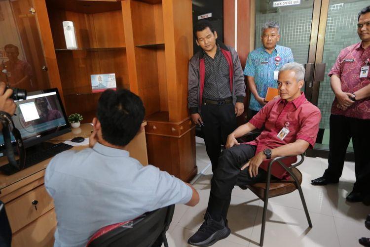 Gubernur Jawa Tengah Ganjar Pranowo menemui salah satu oknum biro jasa sekaligus sebagai Lembaga Swadaya Masyarakat (LSM) yang memanfaatkan namanya tersebut untuk pengurusan ijin usaha di DPMPTSP Provinsi Jawa Tengah, Selasa (14/5/2019).