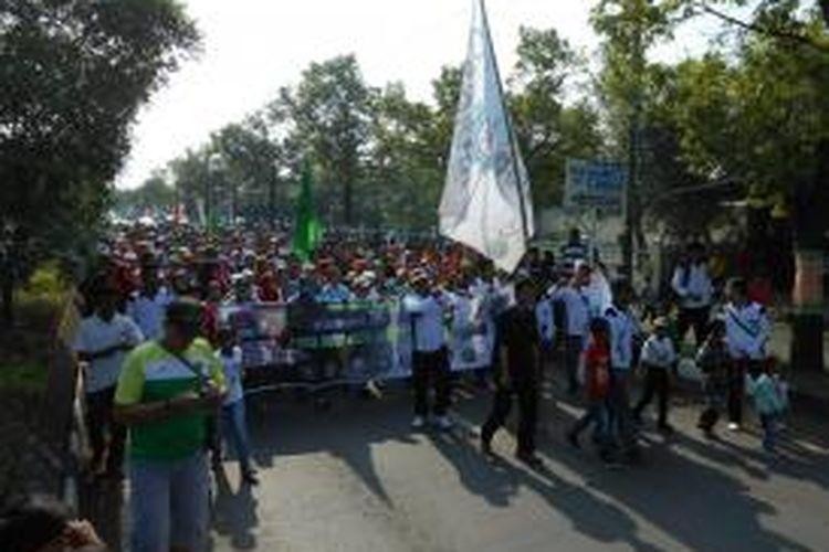 Ribuan buruh Demak yang tergabung dalam Gerakan Buruh Demak ( Gebrak ), saat menggelar aksi damai dengan jalan sehat menyusuri jalan Sultan Fatah, dalam rangka memperingati hari buruh sedunia, Kamis (1/5/2014)