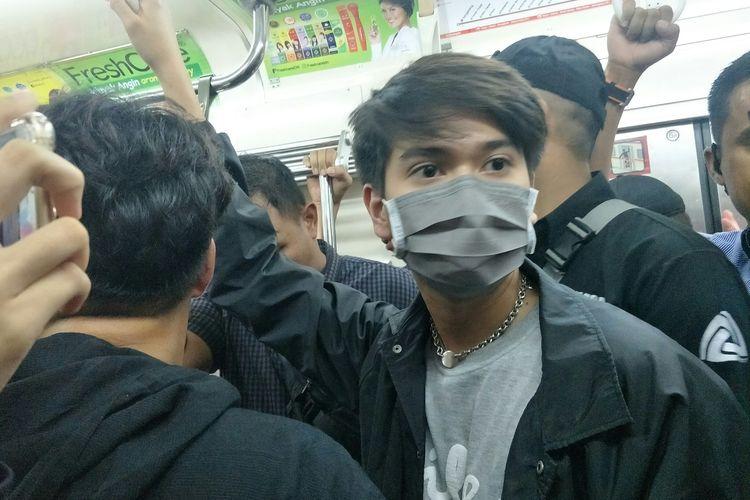 Iqbaal Ramadhan saat menaiki KRL untuk touring stasiun Milea, di Stasiun Gondangdia, Rabu (5/2/2020)