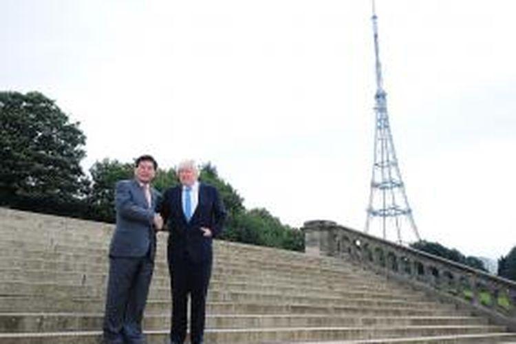 Walikota London Boris Johnson, Kamis (3/10/2013), memperkenalkan pengusaha China yang bersedia mendanai pembangunan kembali Istana Victoria.