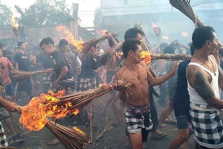 Umat Hindu di Lombok melaksanakan tradisi perang api, menyambut perayaan Nyepi.
