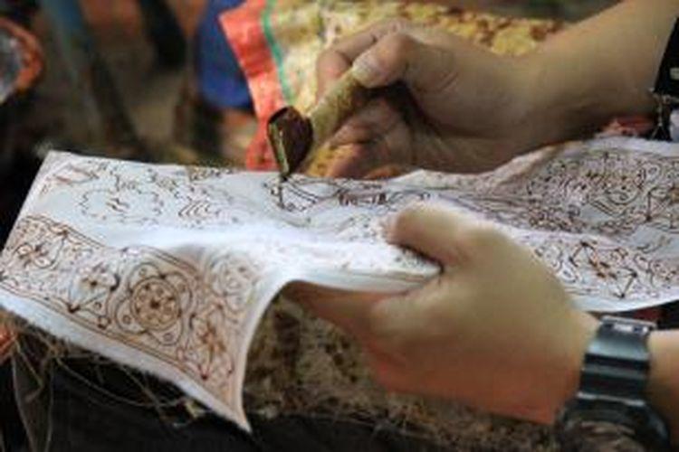 Textile dipilih sebagai tema karena tekstil merupakan salah satu material menarik untuk dipelajari, ditelusuri dan dieksplorasi lebih jauh karena merupakan media kaya akan seni budaya, baik dalam motif, cara pembuatan, proses, filosofi, serta latar belakang sejarah.