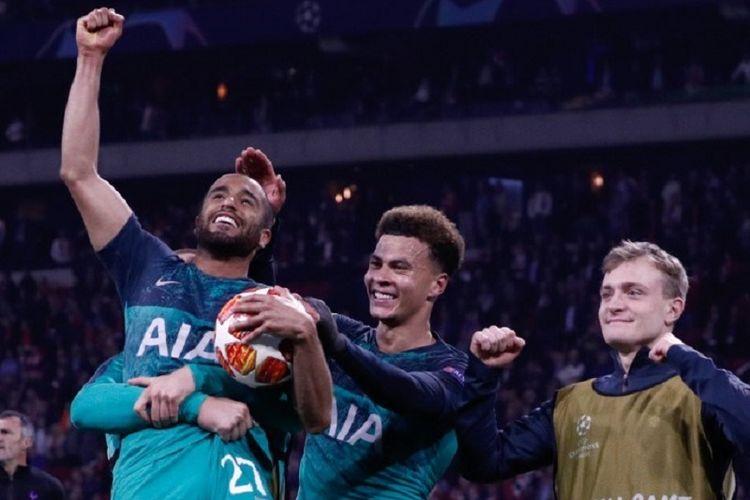Lucas Moura, Dele Alli, dan Oliver Skipp merayakan keberhasilan timnya lolos ke final Liga Champions seusai laga Ajax Amsterdam vs Tottenham Hotspur di Johan Cruijff Arena, 8 Mei 2019.