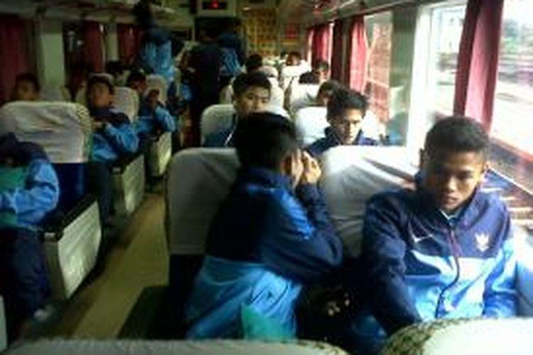 Menjaga kesederhanaan, pemain timnas U-19 naik KA menuju Yogyakarta, setelah usai mengikuti latihan di Kota Batu, Jawa Timur, selama dua bulan. Selasa (7/1/2014).