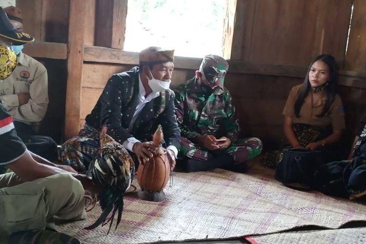 Upacara hukum adat ?Boto Cuku Nunga? dilangsungkan di Manggarai Timur hari Sabtu (20/2) guna menghukum seorang pelaku penembakan satwa liar dilindungi