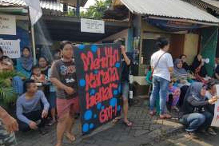Warga Jalan Lauser jaga ketat pintu masuk pemukimannya di RT 08/08, Gunung, Kebayoran Baru, Jakarta Selatan, Senin (9/5/2016).
