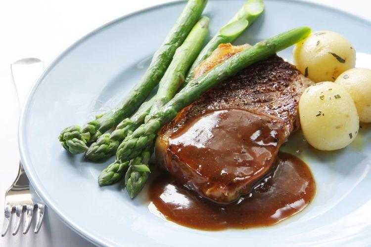 Steak disiram dengan saus lada.