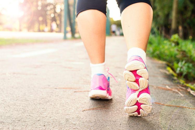 Jalan kaki dapat membantu mengecilkan perut buncit. Kombinasi pola makan sehat dan seimbang dan olahraga dapat membantu kita mengecilkan perut buncit dan lemak perut.