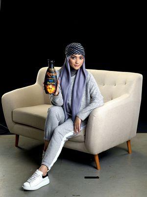 Aktris Citra Kirana menjadi brand ambassador SoKlin Hijab Black Velvet.