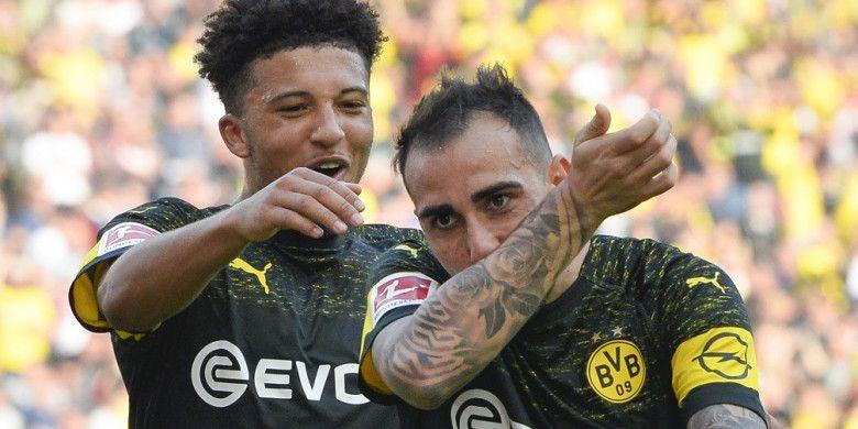 Dua penyerang Borussia Dortmund, Paco Alcacer (depan) dan Jadon Sancho, merayakan gol pada pertandingan Liga Jerman melawan Stuttgart, 20 Oktober 2018.