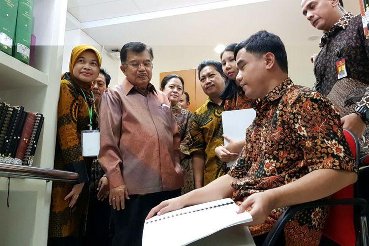 Wapres Jusuf Kalla usai membuka Rapat Koordinasi Nasional Bidang Perpustakaan dan Peluncuran Perpustakaan Digital Wapres di Gedung Perpustakaan Nasional,Jakarta, Senin (26/03/2018).