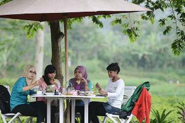 Suasana sejuk dengan dikelilingi kebun teh menjadi daya tarik tersendiri bagi pengunjung yang berwisata kuliner di Ndoro Donker, Kabupaten Karanganyar, Jawa Tengah, Minggu (11/5/2014).
