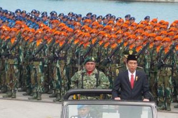 Presiden Joko Widodo memeriksa pasukan TNI dalam rangka puncak perayaan HUT ke-70 TNI di Cilegon, Banten, Senin (5/10/2015).