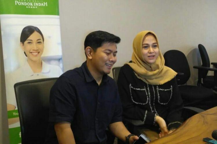Artis peran Nina Zatulini dan suaminya Chandra Tauphan saat jumpa pers kelahiran anak kedua mereka di Rumah Sakit Pondok Indah, Jakarta Selatan, Rabu (30/1/2019).