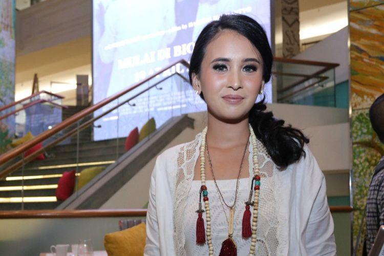 Ayushita diabadikan usai konferensi pers film Kartini di Plaza Indonesia, Jakarta Pusat, Rabu (5/4/2017).