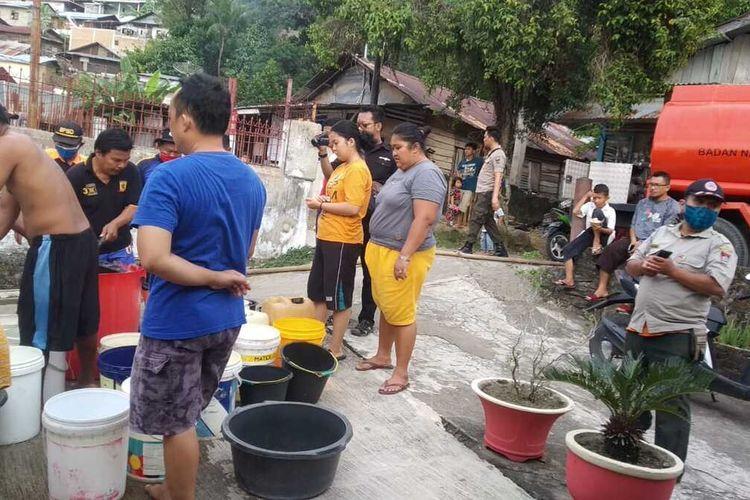 Sebanyak 150 kepala keluarga di Padang alami kekeringan. Terlihat warga antri mendapatkan bantuan air bersih, Selasa (16/2/2021)