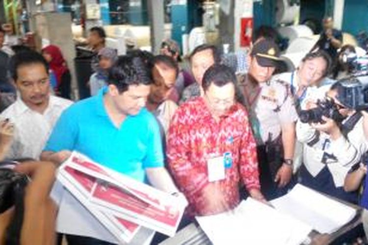 Ketua Komisi Pemilihan Umum (KPU) Husni Kamil Manik (kiri, berkaos biru) dan Kepala Bagian Inventarisasi Biro Logistik KPU Susila Herry Prabowo (berbatik merah) saat memantau pencetakan surat suara di PT Gramedia Printing, Minggu (9/2/2014).