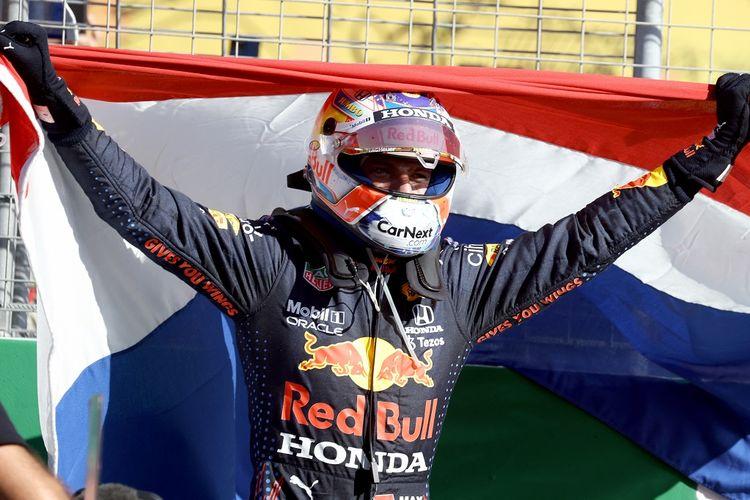 Pebalap Red Bull Racing, Max Verstappen, merayakan keberhasilan dalam memenangi balapan F1 GP Belanda di Sirkuit Zandvoort, Minggu (5/9/2021) malam WIB.