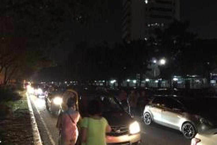 Kemacetan di kawasan Gelora Bung Karno, tepatnya di Jalan Gerbang Pemuda, Jakarta Pusat, usai konser One Direction, Rabu (25/3/2015).