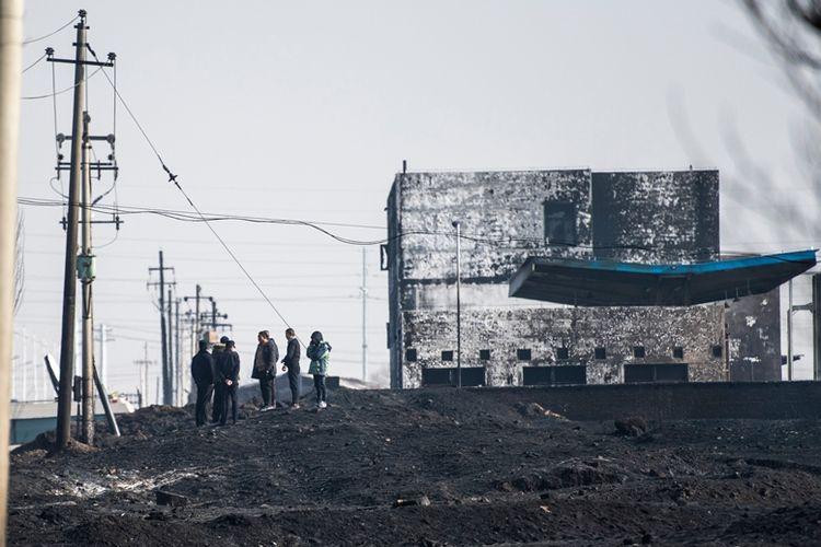 Petugas kepolisian China memeriksa lokasi tempat terjadinya ledakan di dekat pabrik kimia di Zhangjiakou, Qiaodong, Provinsi Hebei, China, Rabu (28/11/2018).