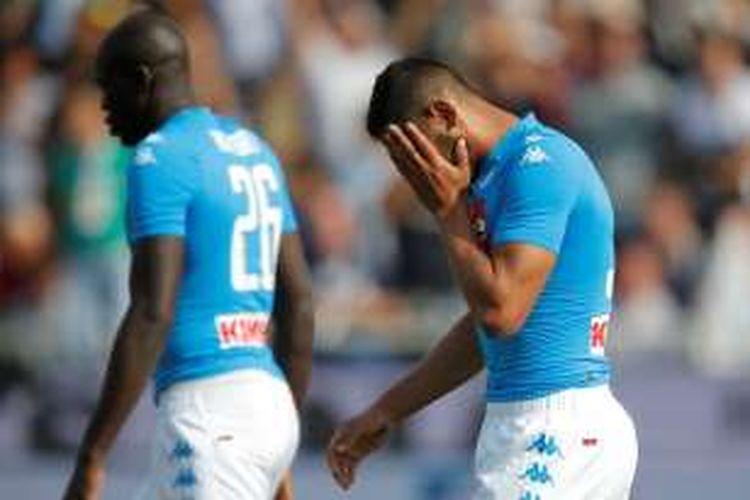 Pemain belakang Napoli, Faouzi Ghoulam (kanan), meratapi kekalahan dari Atalanta pada partai lanjutan Serie A di Stadion Atleti Azzurri d'Italia, Minggu (2/10/2016).